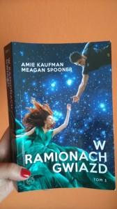 Amie Kaufman Meagan Spooner W ramionach gwiazd