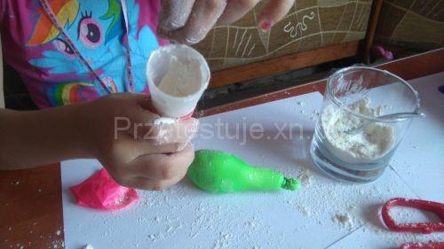 napełnianie balona mąką 2