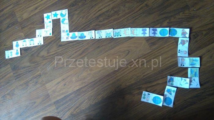 domino na podlodze