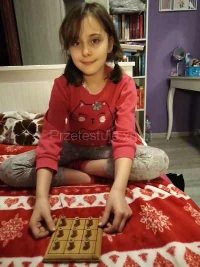 Nadia gra w kółko i krzyżyk