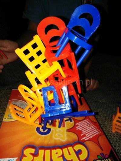wieża z krzeseł